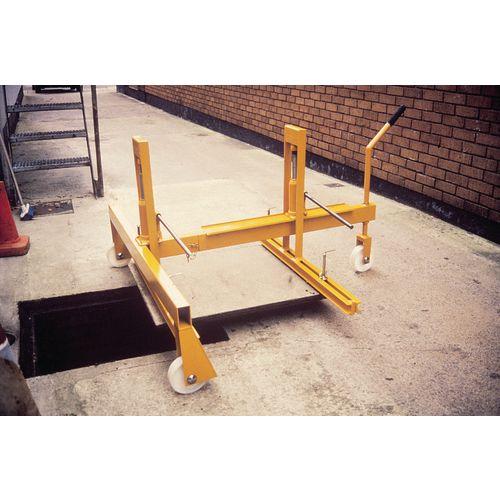 Hydraulic manhole cover lifter
